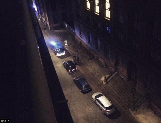 Sebastián Zepeda, 19 años, de Londres, estaba demasiado aterrorizada para salir de su habitación de hotel después de escuchar el segundo tiroteo que sucede en la calle de abajo.  Arriba, Zepeda tomó esta foto de la policía fuera de la sinagoga