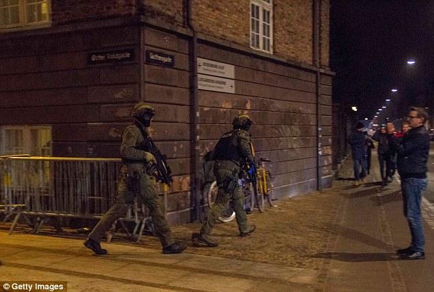 Policías blindados patrullan las calles de los alrededores de la Gran Sinagoga, donde un hombre recibió un disparo en la cabeza