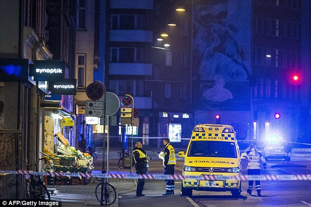 Los servicios de emergencia cerradas las calles que rodean la estación de tren de Norrebro como oficiales se acercaron al hombre