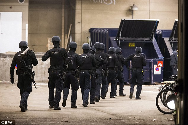 Oficiales blindados continuaron trabajando en las calles de los alrededores de la estación de tren de esta mañana después de la disputa del amanecer