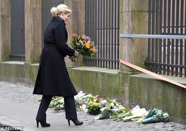 El primer ministro danés Helle Thorning-Schmidt se encontraba entre los que depositar flores fuera de la sinagoga en Copenhague esta tarde