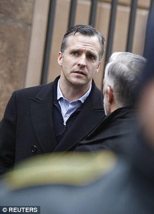 El embajador de Estados Unidos a Dinamarca Rufus Gifford fue visto fuera hoy la sinagoga