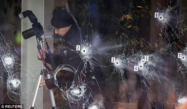 Puré de vidrio: Los investigadores fueron vistos en el café Krudttonden en la ciudad ayer por la mañana cuando el hombre armado disparó 200 balas a multitudes de asistir a un evento de la libertad de expresión