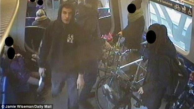 Terror sospechoso: Omar Abdel Hamid El-Hussein (en la foto) fue asesinado en Dinamarca después de abrir fuego contra los oficiales.  Lo representan encima armado con un cuchillo en un tren en 2013