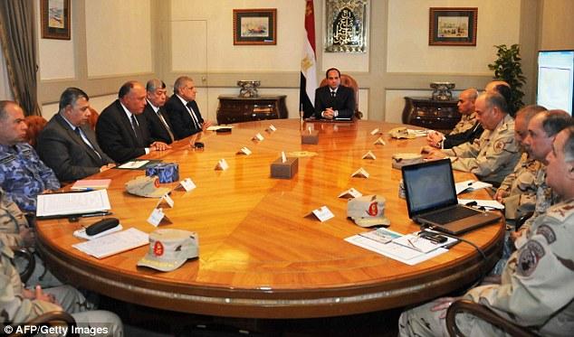 Conversaciones Crunch: Una imagen folleto publicado por Egipto muestra al Presidente Abdel Fattah al-Sisi (centro) rodeado de los principales generales militares, asistiendo a una reunión de emergencia en El Cairo ayer por la tarde
