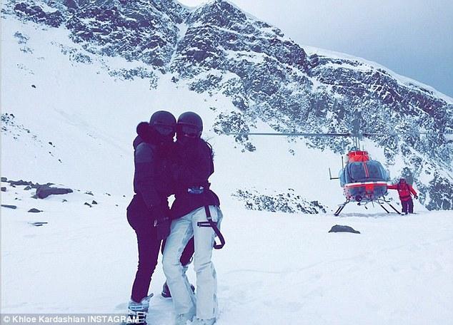 Khloe publicada una foto con uno de sus hermanos junto a una helicoper diciendo: 'No puedo creer que hicimos esto'