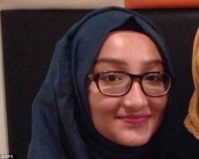 ¿Dónde está ella?  La policía cree que hay una posibilidad de que aún 16 años de edad Kadiza (en la foto) y las otras dos chicas que aún no pueden haber cruzado la frontera con Siria después de volar a Estambul el pasado martes