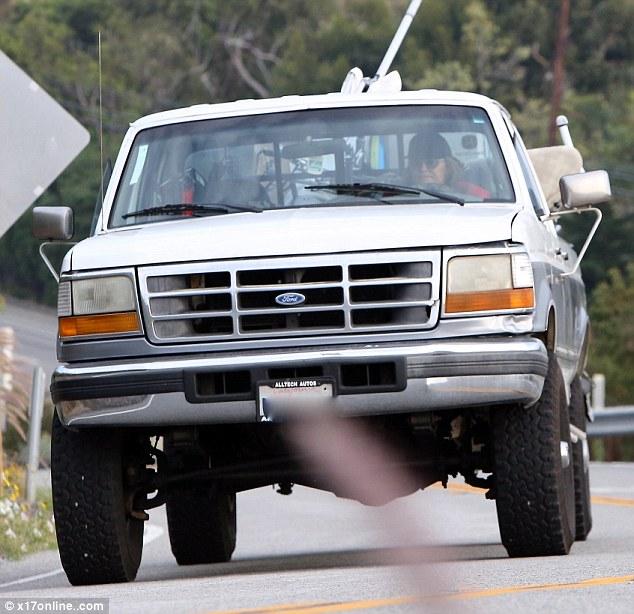 El ex olímpico empacado sus pertenencias en un camión Ford oxidado y se dirige a una nueva casa el viernes