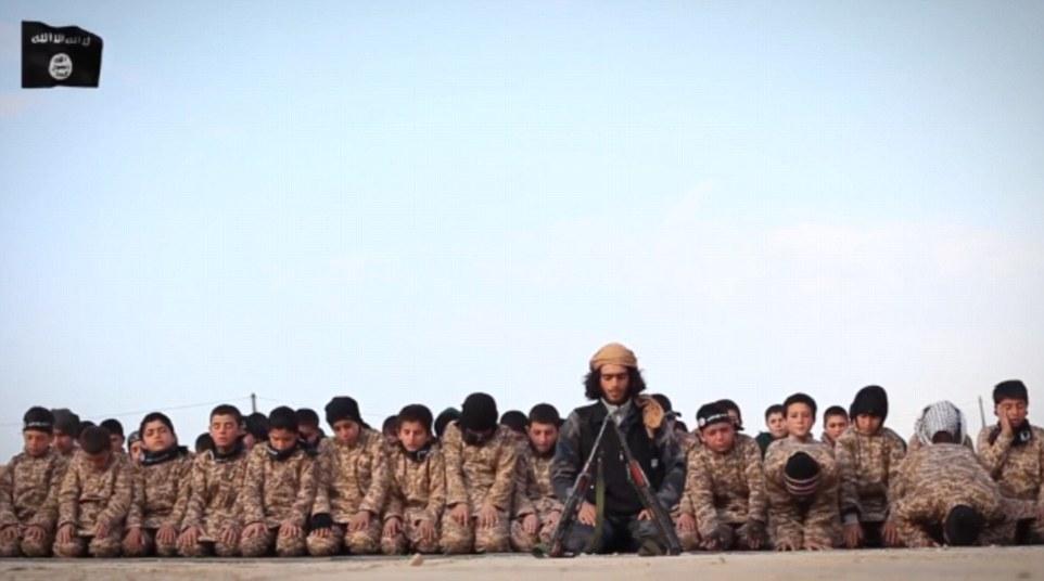 Escalofriante, el video también muestra filas de muchachos jóvenes se ven oraciones rendimiento dirigidos por un militante que reza antes de un par de pistolas