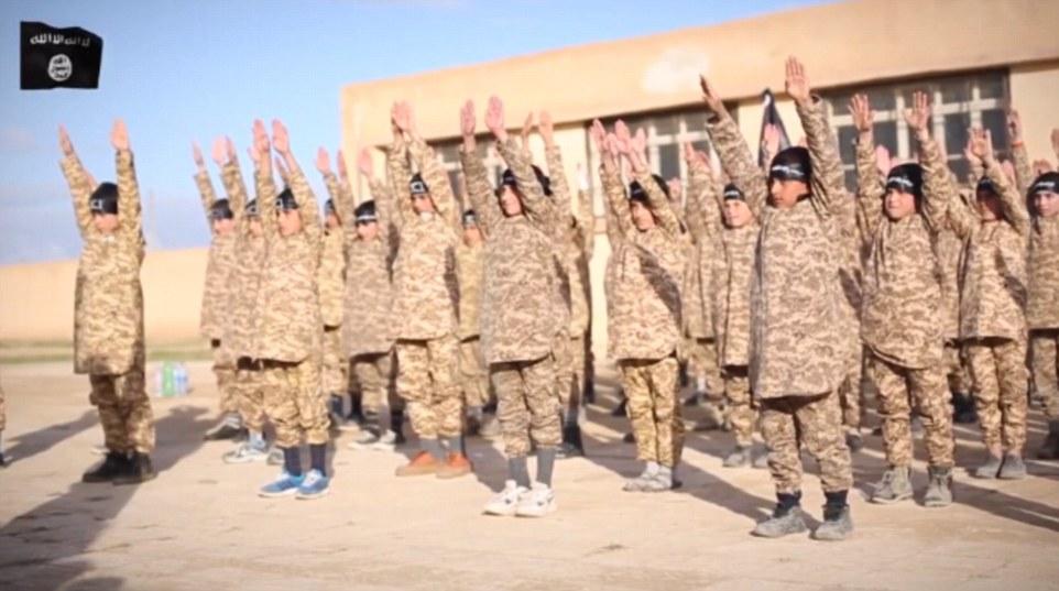 Ajuste a la música árabe, la película muestra los muchachos jóvenes, que llevan pañuelos negros que llevaban la insignia asociado con el grupo, ejercicios que realizan