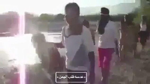 Sickening: El video en Yemen muestra cinco chicos jóvenes, de edades comprendidas alrededor de 10 años de edad y sólo llevaba pantalones, siendo llevado a una playa por cinco adolescentes