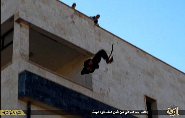 La caída en picado a su muerte: El hombre no identificado fue acusado de ser homosexual y condenado a muerte por un tribunal islámico en Raqqa.