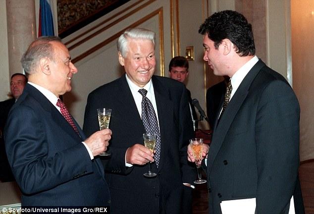 Boris Nemtsov (derecha) con los presidentes Boris Yeltsin (centro) de Rusia y Geidar Aliyev de Azerbaiyán (izquierda) después de una ceremonia de firma de un tratado fundamental de la amistad, la cooperación y la seguridad en el Kremlin en julio de 1997