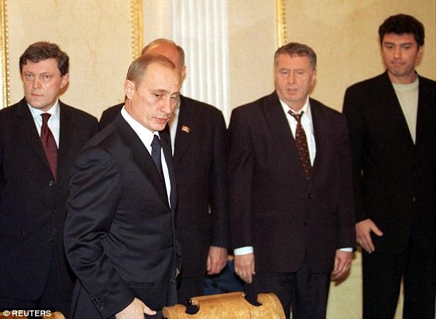 El presidente Putin se reúne a los líderes de la Cámara de Diputados de la Duma Estatal del parlamento, entre ellos Boris Nemtsov (a la derecha) en el año 2002