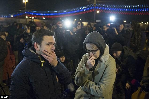 Los líderes de la oposición rusa Ilya Yashin (izquierda) y Ksenia Sobchak (derecha), poco después de la muerte de Nemtsov.  Yashin dijo a la radio Eco de Moscú que la última vez que habló con Nemtsov dos días antes de la matanza