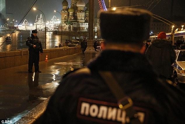Los coches de policía bloquearon la calle donde Nemtsov fue baleado, y una ambulancia también estaba cerca