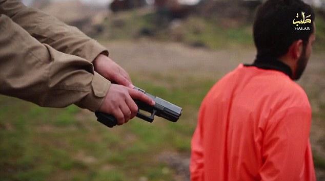 Enfermo: Los militantes se ven de pie detrás de la víctima y el material de archivo se desacelera a un cámara lenta dramática disparado como uno se ve preparando lo que parece ser un arma de fuego .45mm