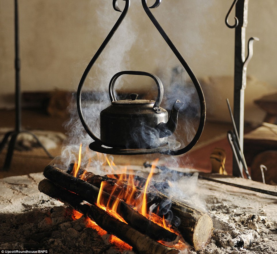 Pop la bouilloire! Profitez du feu, ou d'obtenir un repas pour vous à votre arrivée par les hôtes. La cabane est conçue pour permettre la ventilation lorsque le feu est allumé fumée