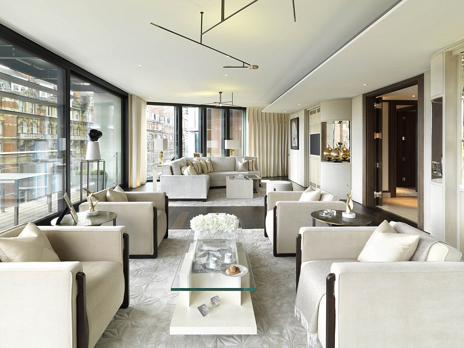 Il soggiorno in una delle tre camere da letto appartamento a One Hyde Park, un complesso di appartamenti di lusso in Knightsbridge