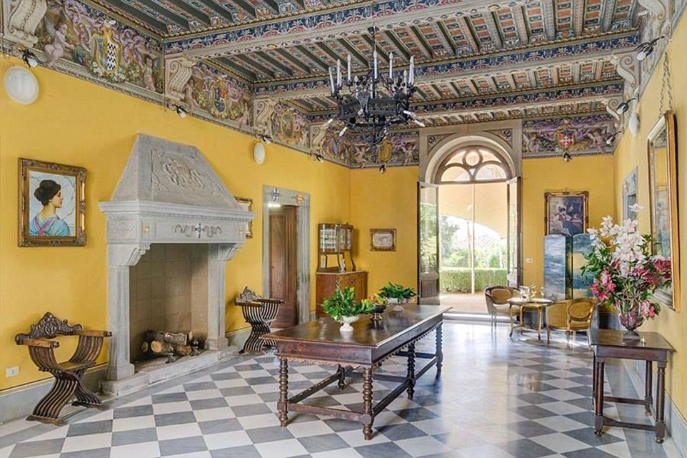 La villa appena ad est di Siena è uno dei pochi dei primi del 12 ° secolo, che rimangono in Italia.  Tutti i suoi camini e soffitti sono stati preservati dal loro stato originale