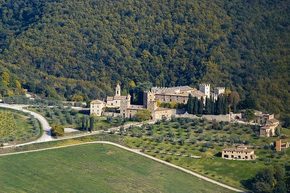 Un castello medievale in Toscana impostato su più di 1500 ettari è andato in vendita per poco meno di 20 milioni di sterline che la rende la più grande casa privata sul mercato immobiliare