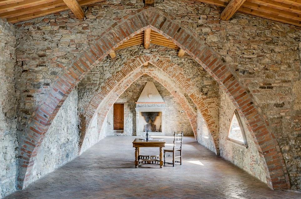 Il castello dispone di un proprio ristorante dove i vini ottenuti da uve di vigneti sono serviti a fianco prodotte allevamento dalla zona