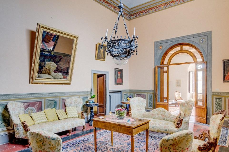 A parte la struttura di 10 camere da letto castello principale ci sono diverse case coloniche sparse sua motivazione della stessa epoca