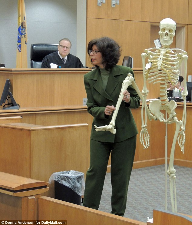 Demonstration: Donna Fontana, forensic anthropologist with the New Jersey State Police, uses a replica skeleton to show the jury where the bones of the victim's leg had been sawed.
