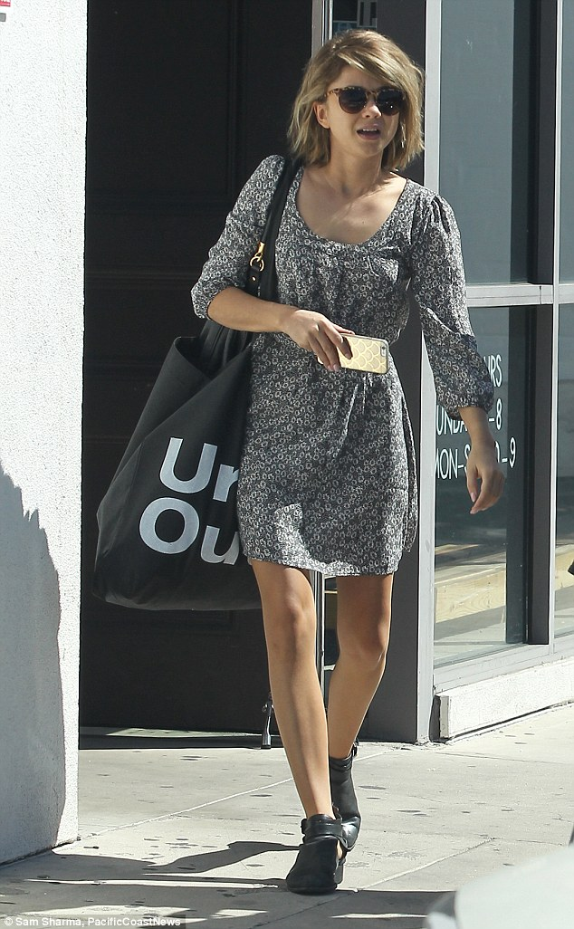 Sarah Hyland Shows Off New Tousled Bob Hand In Hand With