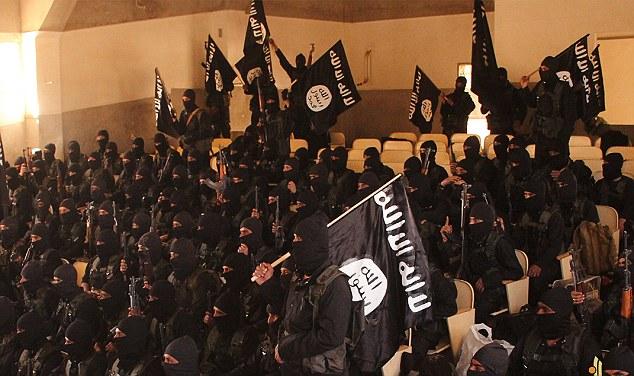 過激派:不吉な黒と白のISISのロゴを運ぶ振り回しAK47アサルトライフルと手を振っフラグは、ジハード」2015年のクラスを「示す写真はRaqqa市で撮影されたと考えられている