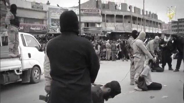 Sickening: Los cuatro hombres se ven en sus rodillas en el centro de Mosul como los militantes del Estado Islámico con cuchillos pululan sobre ellos para llevar a cabo las decapitaciones brutales