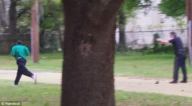 Incendios de apertura: Michael Slager, un oficial de policía en Charleston, Carolina del Sur, es la foto de arriba matar a tiros a hombre negro de 50 años de edad, Walter Scott después de los informes, deteniéndolo sobre una luz trasera rota