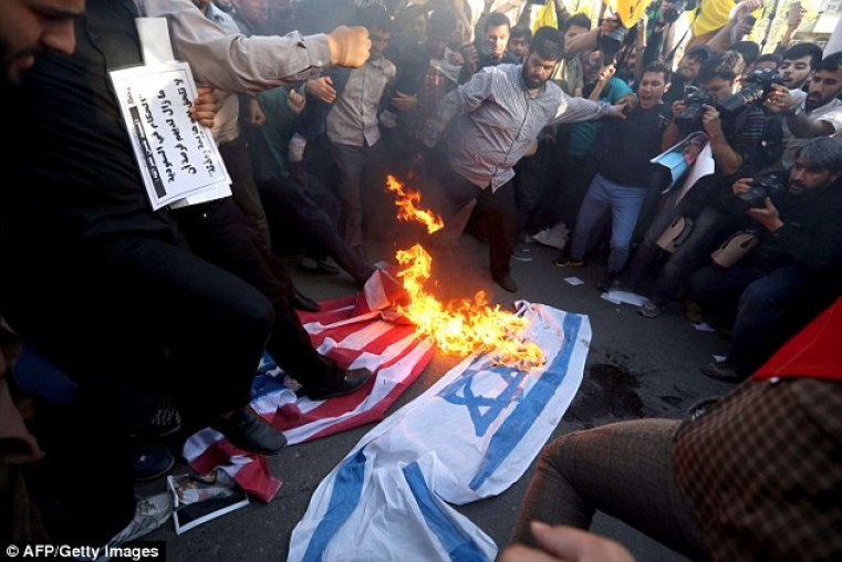 Iranians burn Israeli and US flags: The shiite nation opposes Saudi Arabia's alliance with the United States