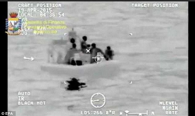Infra rojo imágenes dadas a conocer por la guardia costera muestran la operación de rescate después de que el barco zozobró migrante