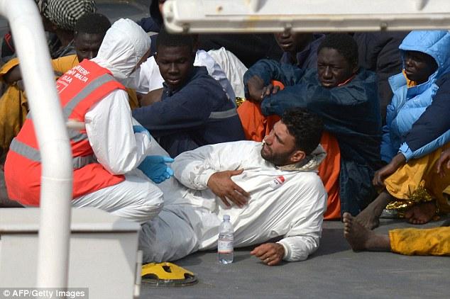 Capitán del barco tunecino Mohammed Ali Malek (centro) es visto hablando con una enfermera, que se cree Enrico Vitiello en un barco de la guardia costera italiana antes de ser detenido por la muerte de 950 migrantes
