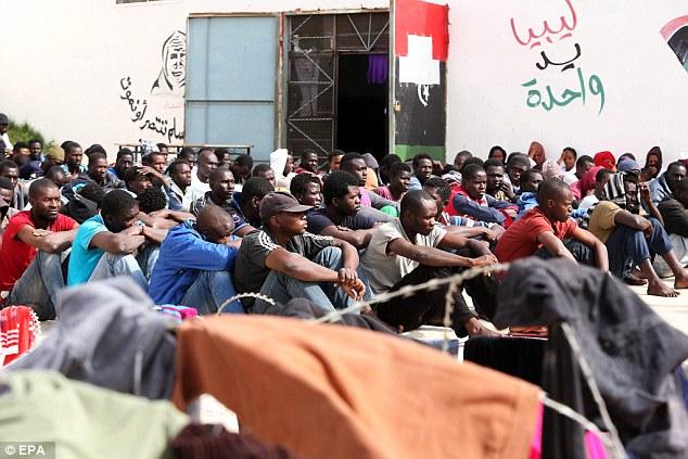 Estas personas se cree que han estado esperando para hacer la travesía a Europa