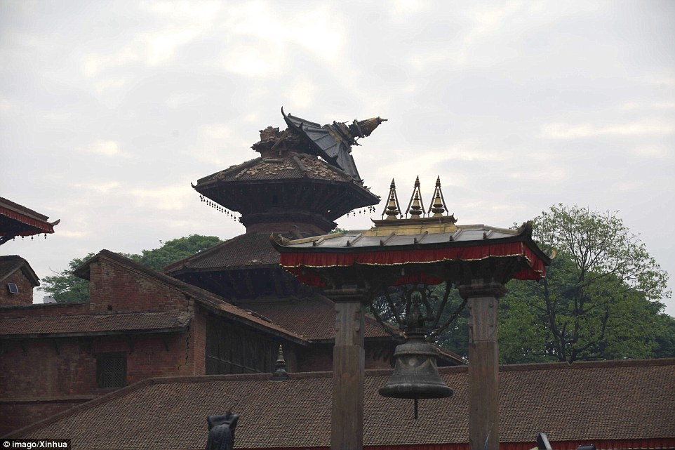 Crooked: The stupa of a temple was almost completely ripped off by the force of the quake