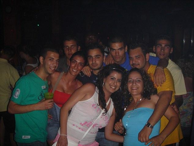Y el que me salvó: Andrew con amigos en un club diferente en la noche Jonathan fue atacado
