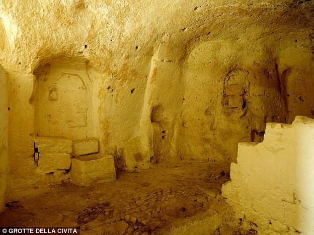 Passato: Il bagno avrebbe guardato non dissimile da questa antica grotta dell'eremita prima è stato ristrutturato