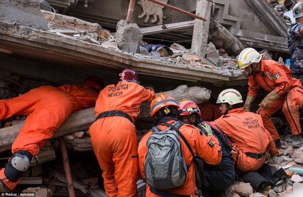 Nepal earthquake rescuers battle to reach survivors of ...