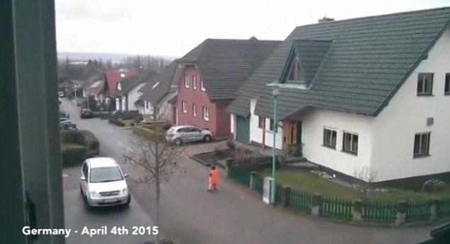 Esta grabación de la toma de sonido de trompeta en Alemania muestra a un niño en la calle congelado de terror