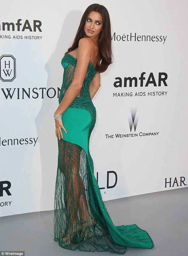 Foto-foto Hot Irina Shayk Pakai Gaun Transparan Seksi di amfAR Gala