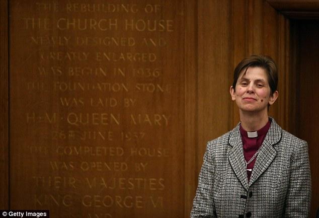 El reverendo Libby Carril se convirtió en la primera mujer obispo en un servicio realizado por el arzobispo de York, John Sentamu, en enero