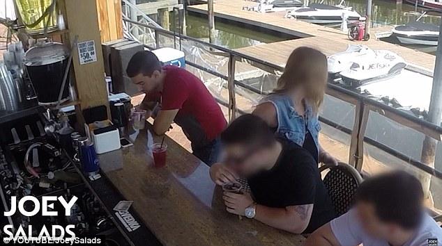 Blanco fácil: Joey primero conoce a un hombre y una mujer en un bar, y cuando ella se levanta para presumiblemente para que el baño se prepara para hacer su movimiento