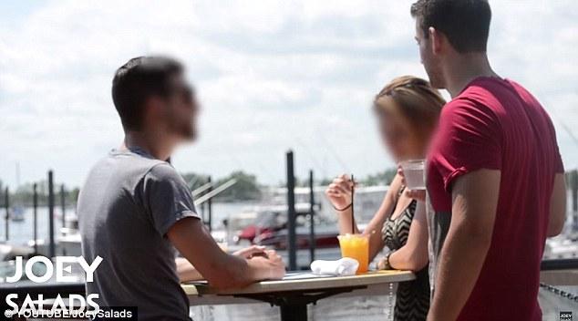 Hermoso día: Joey puede verse presentarse a un hombre y una mujer que están disfrutando de las bebidas por el agua