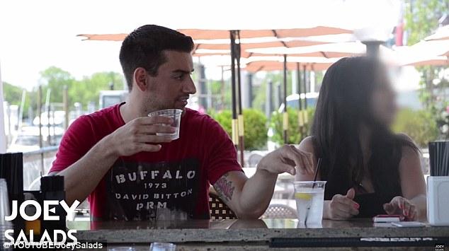 Manténgase a salvo: Joseph Saladino, quien es conocido en YouTube como Joey Ensaladas, ha llevado a cabo un experimento social impactante en el que descubre lo fácil que es para un extraño para la droga la bebida de una mujer (en la foto)