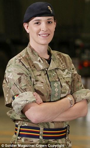 A los 15 años, se unió a un colegio para las Fuerzas Armadas carreras, antes de ser patrocinado por el Ejército para estudiar ingeniería electrónica en la Universidad de Newcastle