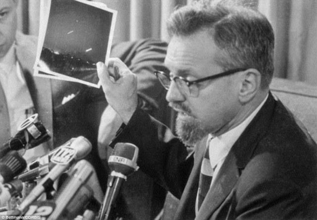 Gracias al aumento de la popularidad de las películas de ciencia ficción y un aumento de avistamientos de ovnis, extraterrestres eran mucho en la conciencia pública en la década de 1960. A continuación, el Dr. Allen H Hyneck, astrofísico de la Universidad de Northwestern, dice en una conferencia de prensa en 1966, que reclama una foto para mostrar un OVNI es un tiempo de exposición de la media luna y el planeta Venus
