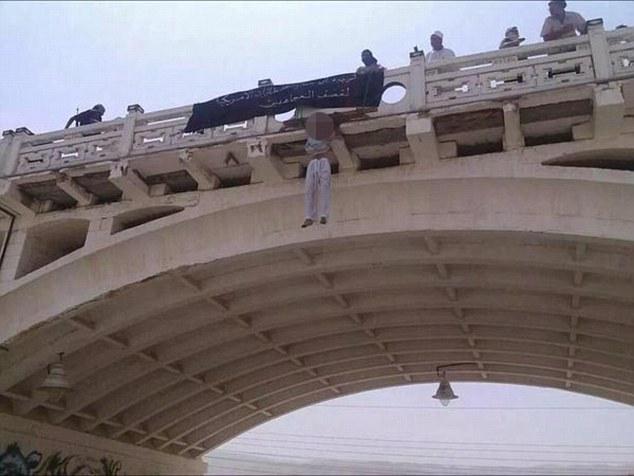 Enfermo: Al Qaeda colgado públicamente dos espías saudíes sospechosos (en la foto), en lo que algunos expertos pensaban que era una estratagema de propaganda para apoderarse de la atención de vuelta de ISIS, cuyos videos ejecución ultrajantes para el mundo