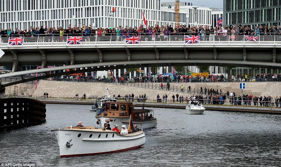 Refeições: Milhares de pessoas, muitos carregando Union Jack (e em um caso, um canadense) bandeiras, lotam as pontes em uma tentativa de ver a Rainha